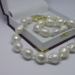 Huge baroque pearls necklace