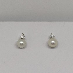 Small pearlstud with zircon