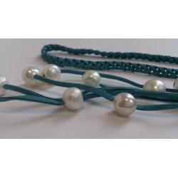 Punutud türkiissinine kaelaehe valgete pärlitega